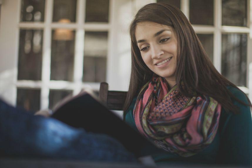jeune fille lisant la bible ellecroit.com